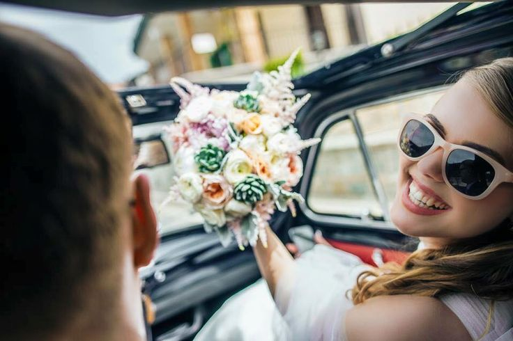 bride and groom in cabrio, wedding day, wedding photoshoot, bride's bouquet, Cilento coast, Sposa Mediterranea, Olga studio