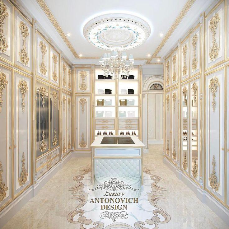В небольшом пространстве дизайнеры интерьера студии Антнович Дизайн смогли организовать по-настоящему королевский шик. Давайте рассмотрим главные детали красивого интерьера.  Декор потолка выглядит нарядно и стильно, благодаря витражу с подсветкой, который окружает нарядную люстру. Шторы в интерьере гардеробной стали прекрасным акцентом домашнего уюта. Мягкие водопады драпировки шелка молочного и нежно-бирюзового шелка изумительно сочетаются с мягкими ламбрекенами и гардинами с вышивкой…