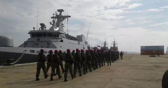 """Batam - Komando Armada RI Kawasan Barat (Koarmabar) mengerahkan puluhan kapal perang untuk mengikuti Latihan Siaga Tempur Laut Koarmabar di perairan Natuna Kepulauan Riau. Pelepasan kapal perang itu dilakukan Panglima Armada Barat (Pangarmabar) Laksamana Muda TNI Aan Kurnia. """"Ada 20 kapal yang ikut latihan dan 4 pesawat. Adapun jumlah personel yang terlibat sekitar 2.083 orang"""" ujar Aan saat melepas 20 KRI di Pelabuhan Batu Ampar Batam Sabtu 20 Mei 2017. Panglima Koarmabar mengatakan latihan…"""