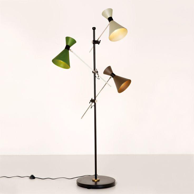 Meget stilfull stålampe i stål og messing med 3 skjermer av matt glass, i fargene grønn, hvit og brun. H186 cm L85 B39 cm