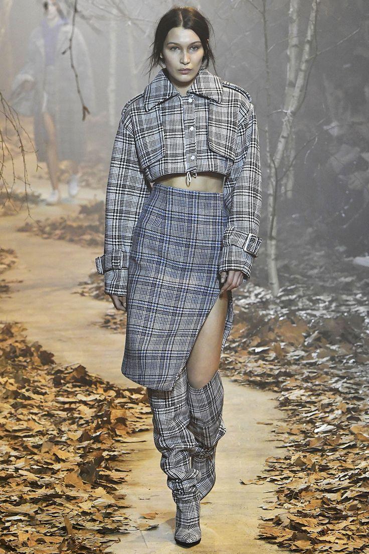 """PFW - As botas são as queridinhas do inverno, e na semana de moda de Paris, a versão """"enrugada"""" ganhou destaque em diversos desfiles. Aposte em tecidos maleáveis e com texturas ou brilhos.  A Adina traz: Camurça, Suede e Veludo Cristal.  Imagem: Off White"""