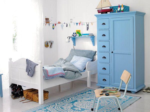 Habitación infantil con armario exento en color azul