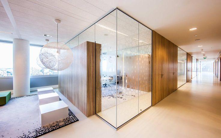 Een bijzonder gebouw vraagt om een bijzonder interieur! Q8 vestigde onlangs zijn Europese hoofdkantoor in de 'Haagsche Zwaan', het karakteristieke kantoorgebouw aan de Schenkkade in Den Haag. Plan Effect zorgde voor een bijpassend interieur: systeemwanden met een strakke gedetailleerde afwerking.