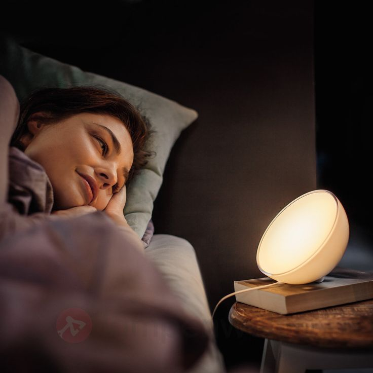 Noch ein bisschen im #Bett im neuen #Roman lesen? Und sich danach von der #Nachttischleuchte bei langsam dunkler werdendem Licht in den #Schlaf wiegen lassen? Erfahre, was Philips Hue dir ermöglicht!