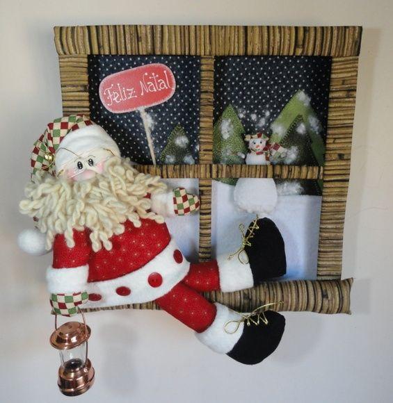 Enfeite de porta Papai Noel na janela Tamanho aproximado: 38 cm (altura) x 34 cm (largura) R$ 165,00