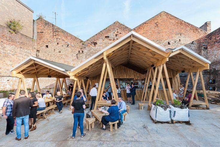 Construído pelo H. Miller Bro na Liverpool, United Kingdom Constellations Baré um espaço ao ar livre que inclui um bar, umfood truck, espaço paraartes e uma horta comunitári...