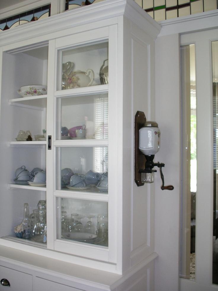 Blauwe Keuken Bruynzeel : De servieskast in de keuken dient tevens als onderdeel van de