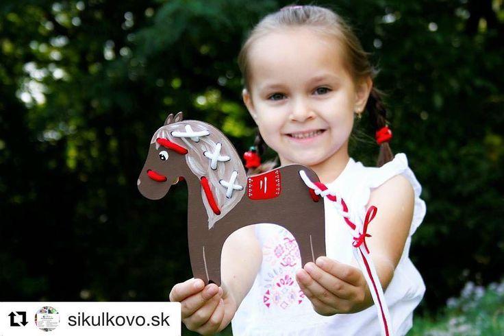 Autorská prevliekacia hračka z dielne Šikulkovo. Pri hraní si dieťa precvičuje jemnú motoriku trpezlivosť sústredenie logické myslenie a zaplatenie. Popri učení si môžte vravieť aj našu básničku ktorú pribalime ku každému konikovi zdarma. Veľa zábavy!!!  Krásne #praveslovenske edukačné drevené hračky od  @sikulkovo.sk  #vyrobenenaslovensku #slovenskyvyrobok #madeinslovakia #hracky #toys #drevene #drevo #drevenehracky #wood #wooden #woodentoys #woodwork #woodworking #predeti #deti #children…