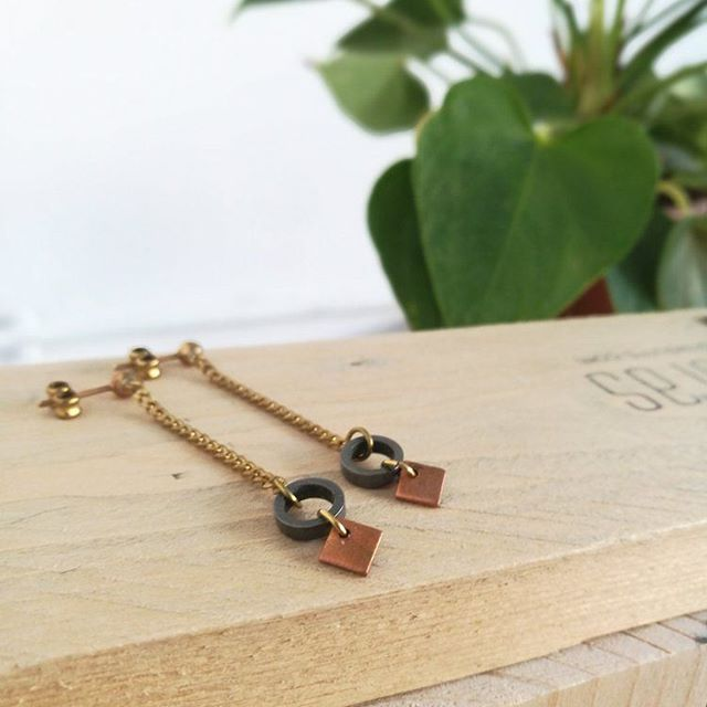 Buen Lunes! Comenzamos la semana con las pilas recargadas!! Pendientes Langhian, Colección Gæa. Laton, acero y cobre. Disponible en nuestra tienda online.(Link en bio) ⭐ Langhian earrings,  Gæa Collection. Available at our online store. (Link in bio) . #newcollection #earrings  #photography #madrid #aretes #pendientes #handmade #hechoamano #jewelry #contemporaryjewelry #copper #cobre #brass #photoshoot#brass #circle #square #geometryjewelry #minimaljewelry