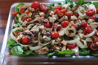 Grillet kyllling salat med feta, tomater og spinat.