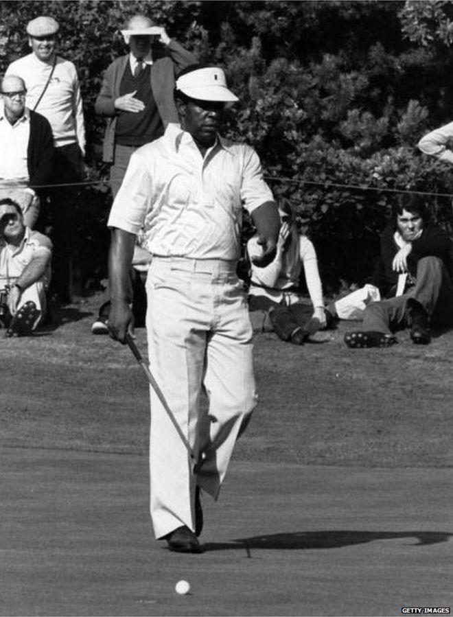 Lee Elder walking towards the ball