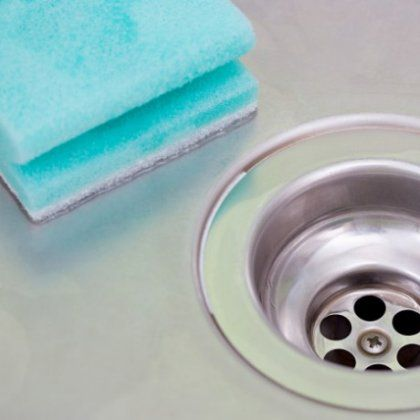 Πώς θα καθαρίσετε και θα απολυμάνετε το σφουγγαράκι των πιάτων