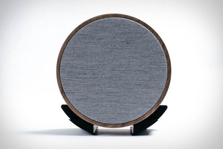 Беспроводной динамик Tivoli Sphera от Tivoli Audio Для всех, кроме самых преданных аудиофилов, докладчикам есть что-то скрывать. Вы не будете возражать, если вы оставите Tivoli Audio Sphera динамик открытым. Скрытый внутри его тонкий, круглый корпус из твердой древесины — это 3-дюй