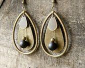 """Boucles d'oreilles type créoles """"Black Drop"""", en onyx mat et laiton bronze : Boucles d'oreille par electra"""