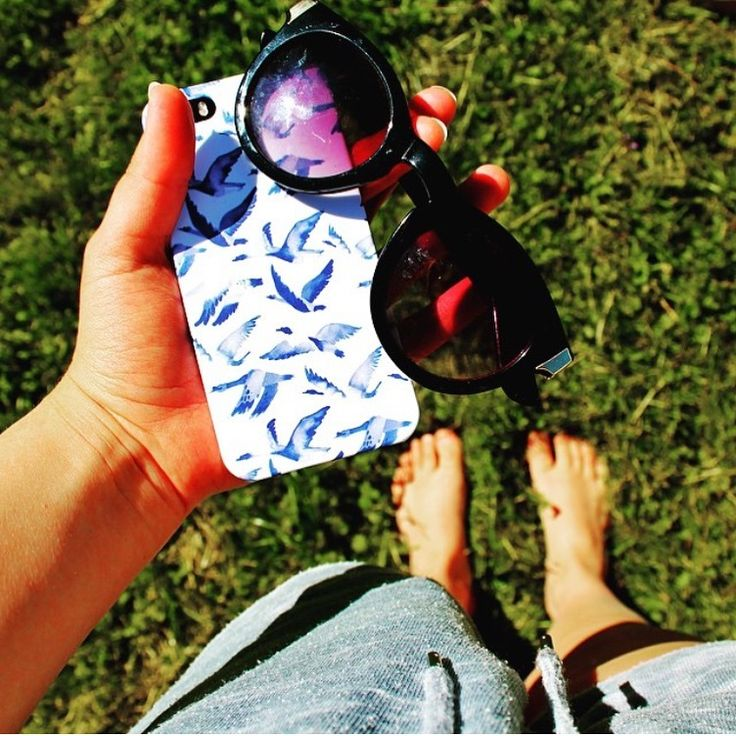 Siru having all the tanning essentials with her when enjoying the summersun - sunglasses and her iPhone (covered with a Shell'Oh! case)