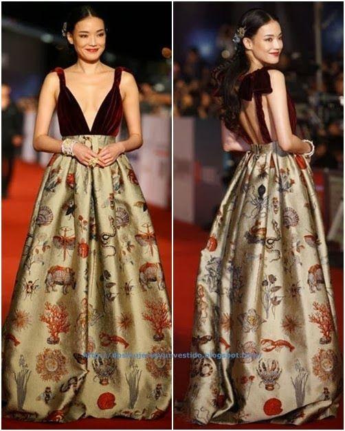 50 Golden Horse Awards Shu Qi. Con un vestido de cuerpo de terciopelo granate y falda en tono dorado estampada de Valentino Alta Costura otoño 2013.
