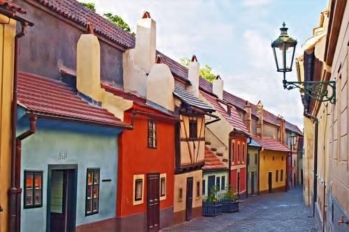 Gouden straatje, huisjes gebouwd als onderkomen voor de kasteelwachten, deze smeden ook goud. Op nummer 22 woonde Franz Kafka