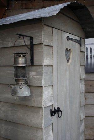 Mooie tuinkast van potdekselplanken. Behandeld met krijtverf. Handige kast in de achtertuin, op het balkon of in een moestuin. Handig om tuingereedschap in te houden, kussens, zwemartikelen, frisdranken etc. Voor meer tuinkasten/balkonkasten kijk op de website van Stange Steen en Houthandel