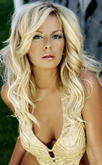 layered long blonde hair with messy waves