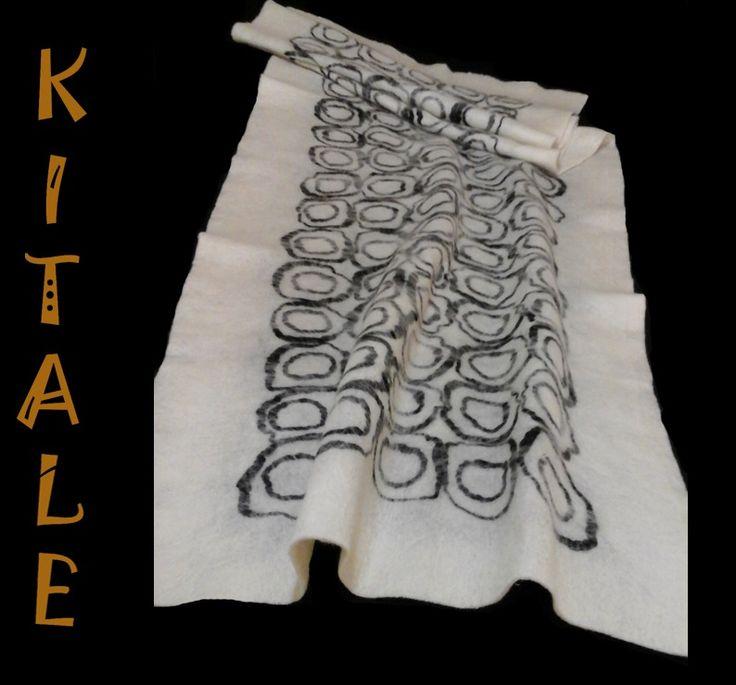 Echarpe  blanco realizado en fieltro nuno, con aplicaciones de color negro en lana con seda.
