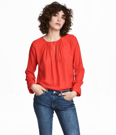 Powder. Long-sleeved, loose-fit blouse in airy, woven fabric. Round, gathered neckline with opening at front and button at top. Narrow elastication and