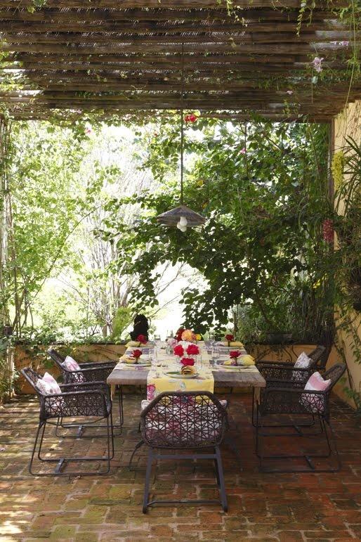 O pátio exterior deve ter piso em tijoleira, coberto com pergolado e muitas plantas à volta