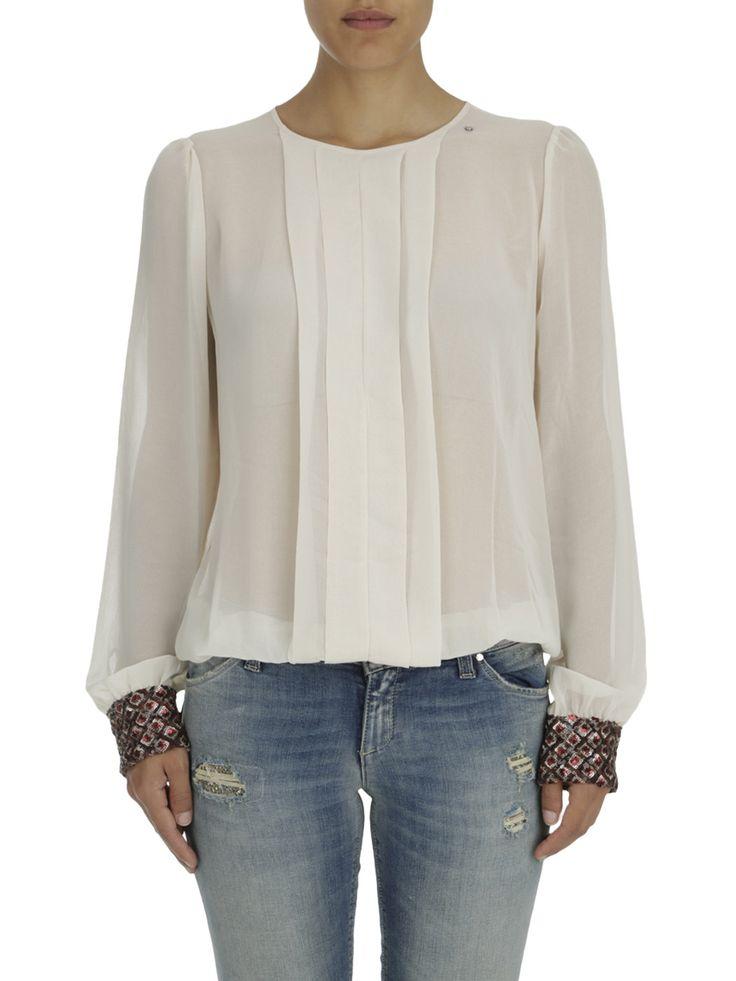 blusa manga larga con pliegues en la parte delantera, puños en contraste enriquecidos con pedreria