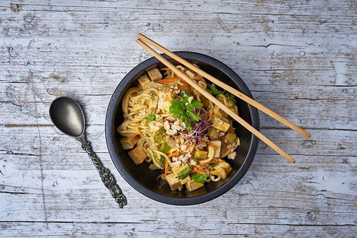 Thai kókusztejes tészta, tofuval, mogyoróval, friss korianderrel