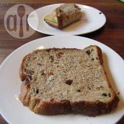 Dit krentenbrood is een beetje anders dan anders door de toevoeging van bruine suiker, sinaasappelsap en een klein beetje volkorenmeel.