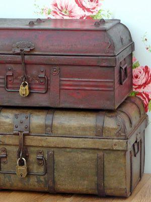 Empilhadas Dois trunks.jpg de metais - Decoração Estilo Britânico Raj - myLusciousLife.com