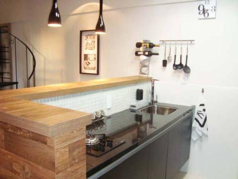 Cozinha americana de um apartamento de 50 m². Projeto de Bartira Mendes.