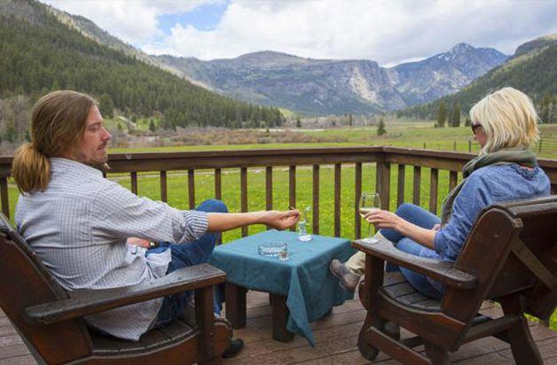 Em 2014, após a legalização da maconha recreativa, o estado do Colorado, nos EUA, começou a abrir novos negócios para os consumidores da planta. Aproveitando essa nova onda, foi inaugurado na cidade de Durango o CannaCamp, um resort de luxo exclusivo para os usuários da cannabis.
