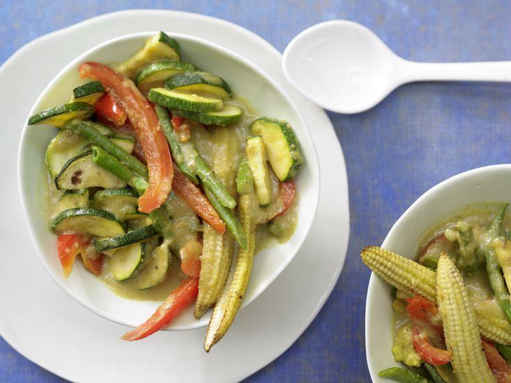 Wetten, dass ... bei so viel Aroma und Würze niemand Fleisch vermisst. Gelbes Gemüse-Curry - mit Thai-Gewürzen - smarter - Kalorien: 195 Kcal - Zeit: 40 Min.   eatsmarter.de