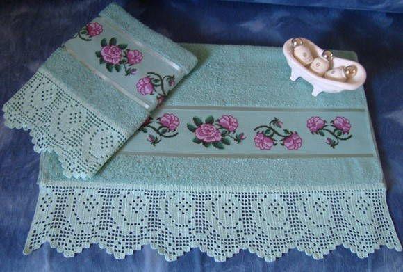 Jogo de Toalha de banho (68x135cm) e rosto (49x80cm)  CASA IN Sabrina bordadas em ponto cruz e barrado em crochê filé R$ 150,00