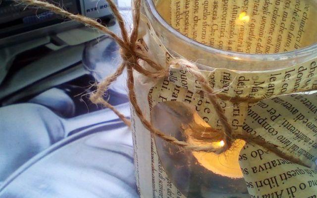 Riciclare un barattolo di vetro con un vecchio libro Un vaso di vetro dello yogurt Bio, l'intenzione di metterlo nel secchio del vetro destinato ad essere buttato, uno scambio di sguardi e l'idea di riciclarlo. Come? Frugando tra i vecchi libri ne ho  #riciclo #ricreo #riuso