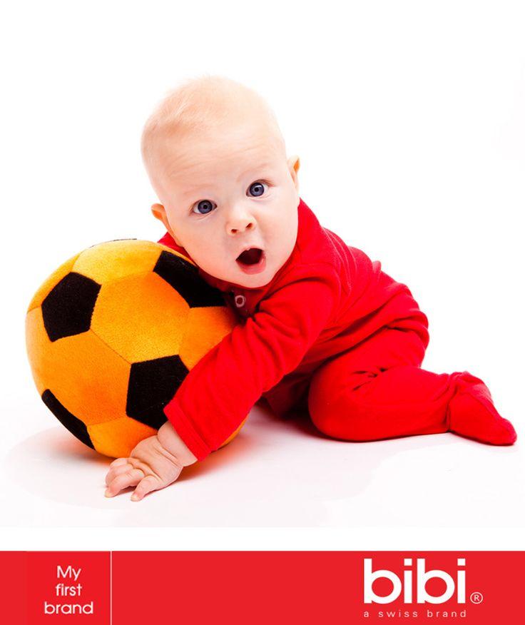 #TipBibi El jugar con la pelota favorece el equilibrio, la fuerza y la coordinación de las extremidades del bebé. Le permite mantenerse activo, desarrollar el gusto por el deporte y también es uno de los primeros acercamientos a la socialización.