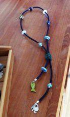 blauwe ketting van leer en keramiekkralen