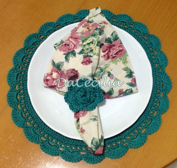 Sousplat e porta guardanapo em crochê e guardanapo em floral de algodão.
