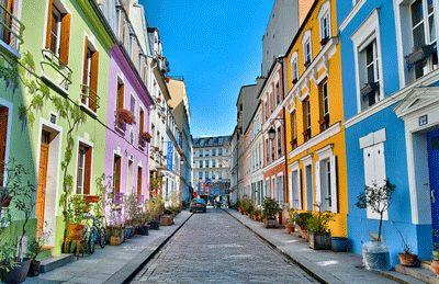 Notting Hill à Paris : rue Crémieux (12ème)  Les aficionados de la capitale britannique trouveront sûrement à cette rue pavée des faux airs de Portobello Road, dans le quartier pastel de Notting Hill. Murs peinturlurés, façades arc-en-ciel et fresques en trompe l'œil. C'est un peu l'excentricité londonienne qui déboule à Paris.