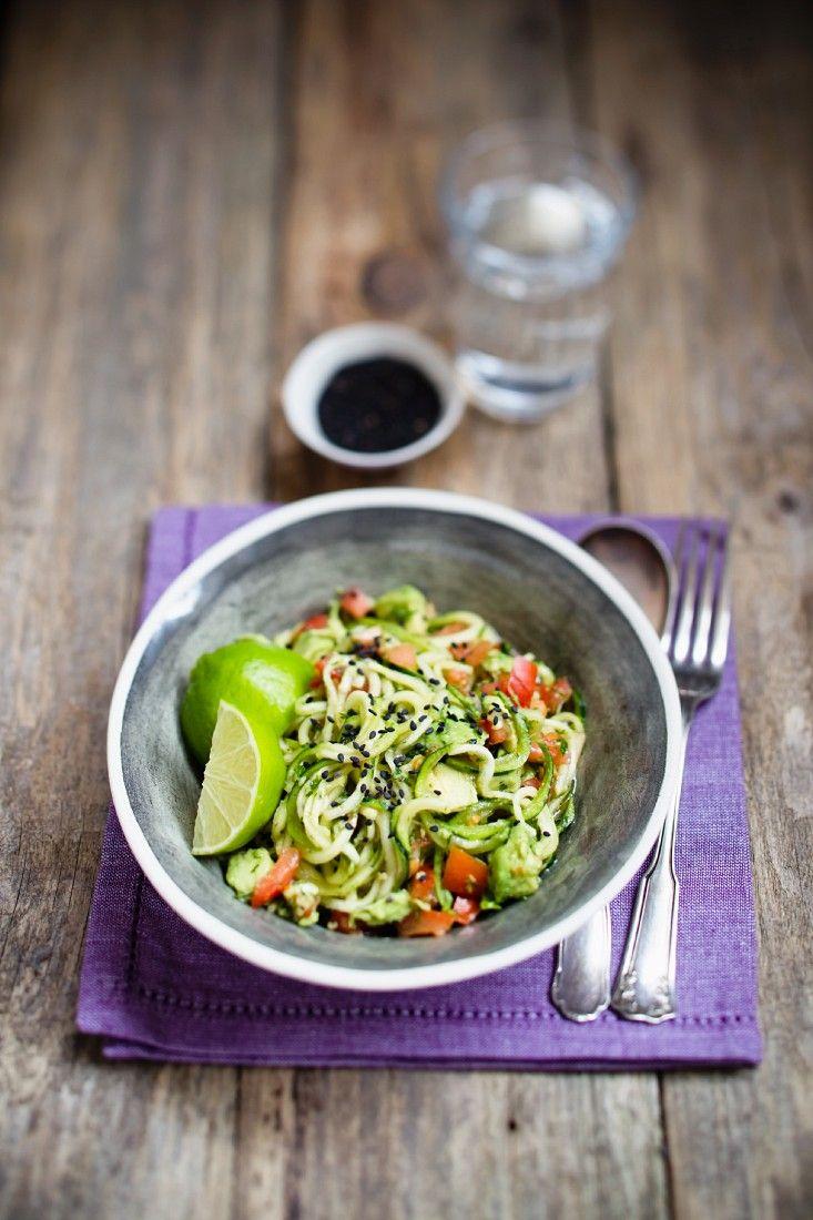 Zucchinisalat mit Tomaten | Zeit: 30 Min. | http://eatsmarter.de/rezepte/zucchinisalat-mit-tomaten