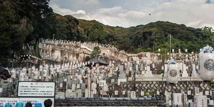 El cementerio Higashi Otani del templo Higashi Hongan-ji es famoso por contener el altar de Shinran Shonin, fundador de la secta Shinshu del Budismo.