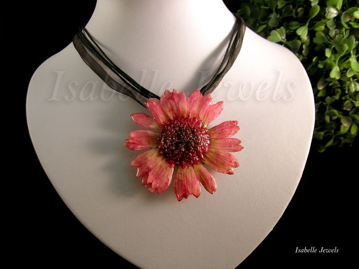 isabellejewels.com Collana realizzata con una gerbera naturale, vetrificata.Gioielli con fiori veri naturali Verificazione fiori veri #necklace #flower #fiori #sterling #silver #gioielli #jewelry #jewellery #jewels #fiori #nature #natura #resin #arts #arte #artistic #art #designer #artist #fashion #look #artwork #design #designer #creative #artigianato #handmade