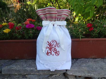 Adorable invitation à ranger joli linge , éléments de toilette ou tout autre objets de votre choix, ce ravissant pochon en drap blanc ancien se pare d'un superbe monogramme au - 20966983