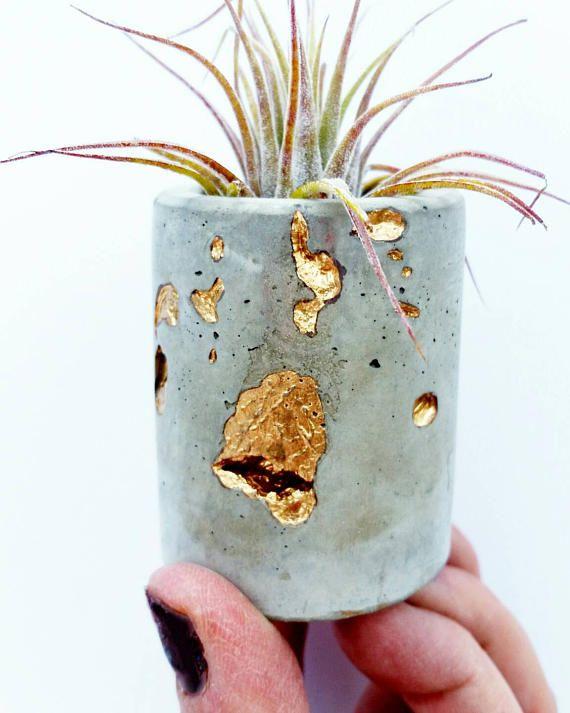 Konkrete Gold filigrane Pflanzgefäß, Air Plant Holder, moderne metallische Pflanzgefäß, Sukkulenten Pflanzgefäß, Indoor Pflanzgefäß, Pflanzgefäß Schreibtisch, Mini Pflanzgefäß