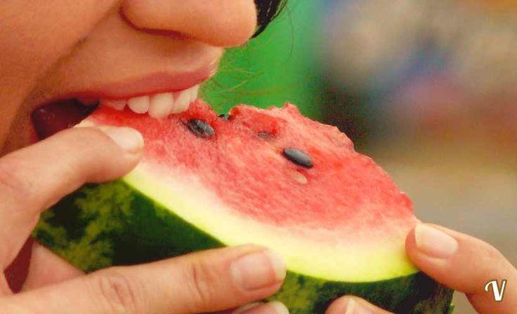 I semi dell'anguria si possono mangiare e fanno benissimo!!!!Sono ricchissimi non solo della fibra che fa far loro rumore sotto i denti, ma anche di quei celebri antiossidanti richiestissimi in farmacia, in erboristeria,,I semini di anguria sono ricchissimi di proteine: 100 grammi di semini ne contengono circa 35 grammi (più che nella stessa quantità, ad esempio, di carne).