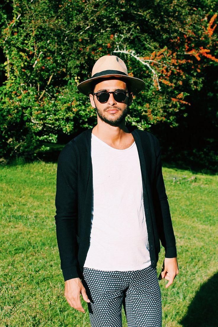 Shooting: Pants: Zara T-shirt: LOFT Design By Cardigan: Sandro Glasses: LeSpecs