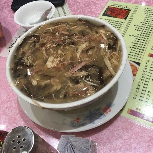 本日の一品 . 「蛇のスープ」 . 本日は日曜日ですので定休日でございます!明日からまた宜しく御願いします! . 香港最終日の夜を迎えました。明日の仕事に間に合うように帰るので景気付けに蛇のスープ食べてきました! . 亀のゼリーとか蛇のスープとか日本で食べれない物が沢山ありました。好き嫌いは別れそうだけど大体何を食べても個人的には美味しかったですね、特に飲茶と海鮮は! . 色んな人種が住む街なので色んなことが刺激的でした!素敵な香港旅行になりました! 明日は5時起きなのを頑張ればオールオッケー!これが何より心配!← . では、また明日会いましょう! . #nobledor #ノーブルドア #diningbar #バー #bar #カウンター #おひとりさま #女子会 #岡崎 #東岡崎駅 #beer  #スーパードライ #エクストラコールド #フリージングハイボール #琥珀の時間 #カクテル #ノンアルコール #ワイン #ウイスキー  #飲み放題 #オススメ #イタリアン #ピザ #パスタ #スペイン料理 #チーズ #アヒージョ #肉