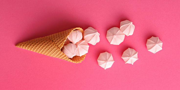 Quanto amiamo il gelato in estate è cosa risaputa. Ma come fare la cialda per il cono gelato perfetta è cosa molto dubbiosa. Ecco come eseguire alla perfezione la ricetta e stupire tutti i tuoi ospiti.
