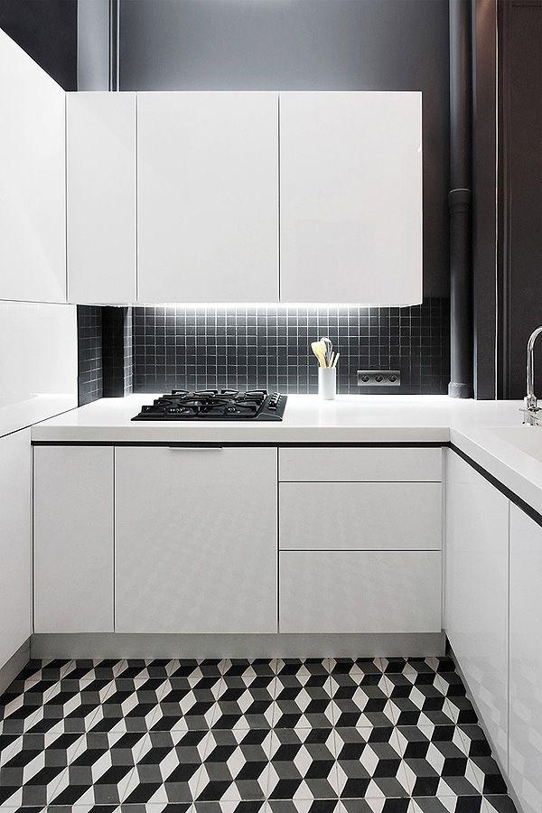 Blanco y negro. Un suelo súper bonito con un contraste perfecto ya que los armarios son blancos.