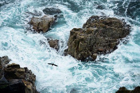 Atlantens frustande vågor och opålitligt växlande väder hör till på Yttre Hebriderna. Gillar man det är det som ett konstverk.